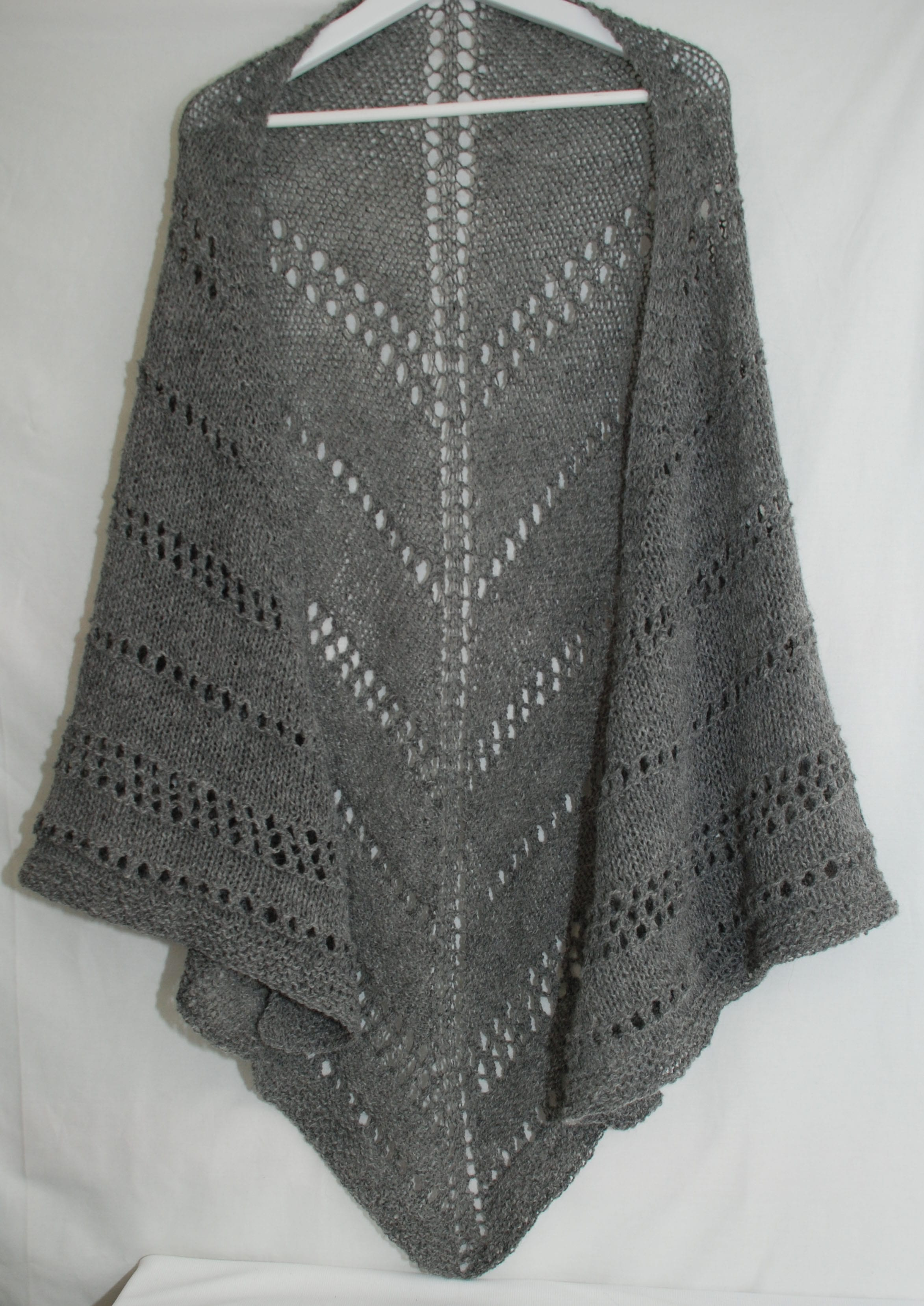 Trekantig sjal med mönsterbårder